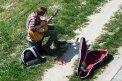 Fotografia: Zaujal ma osamelý gitarista mimo centra mesta., fotograf: Lýdia Šimková, tagy: Bratislava, gitarista, študent, leto