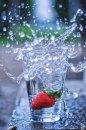Fotografia: Čľup!, fotograf: Denis Goga, tagy: voda, jahoda, ovocie, pohár