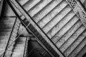 Fotografia: Archítektúra v budove, kde robím dobrovoľníctvo, fotograf: Paulína Kentošová, tagy: achitektúra,čiernobielo,interiér,schody,bicykel,kontrast,hlavolam