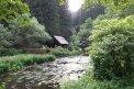 Fotografia: Chata v lese, fotograf: Adam Petnuch, tagy: Lesná chata pri potoku