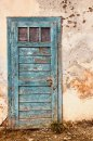 Fotografia: Dvere do minulosti, fotograf: Jakub Manina, tagy: dvere, dom, stena, modra, historia