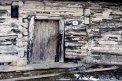 Fotografia: Pred drevenicou v Kopci, fotograf: Lýdia Šimková, tagy: drevenica, stará stavba, Kopec